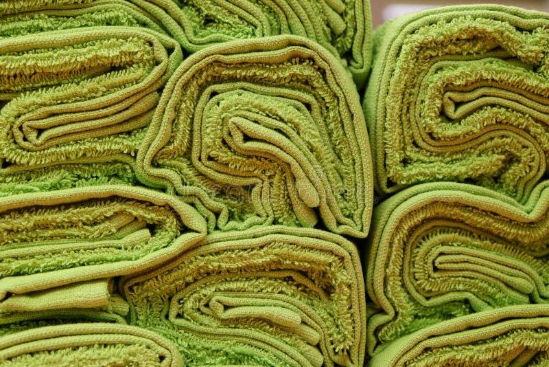 Toalhas de terry torcidas verde fotografia de stock royalty free