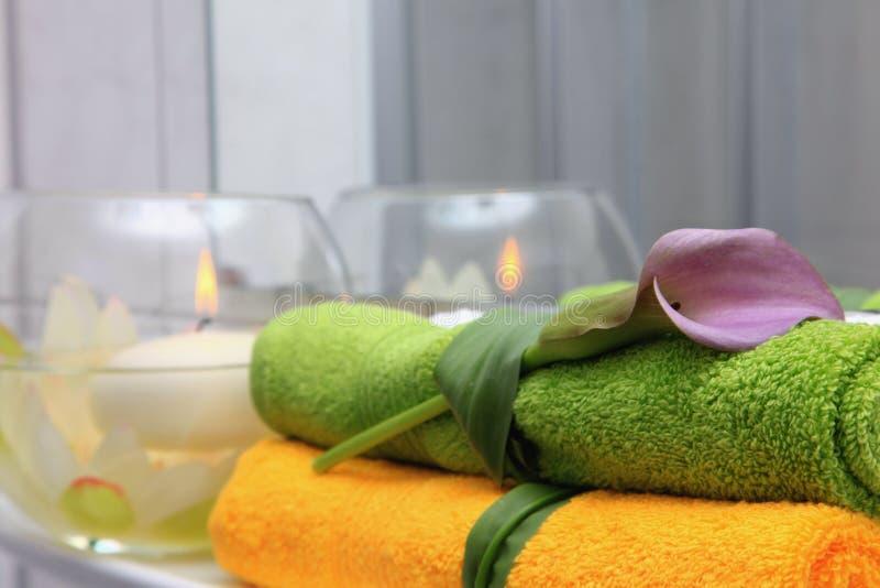 Toalhas do hotel em um banheiro. imagem de stock royalty free
