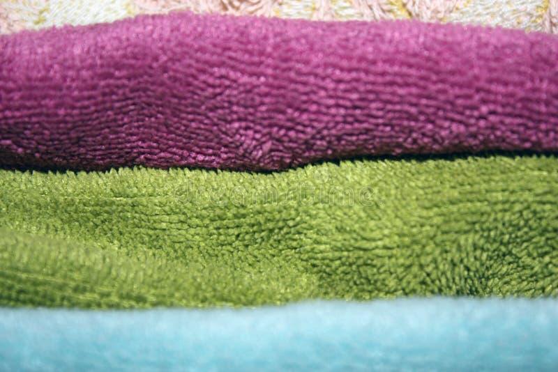 Toalhas dobradas limpas de cores diferentes - close-up foto de stock