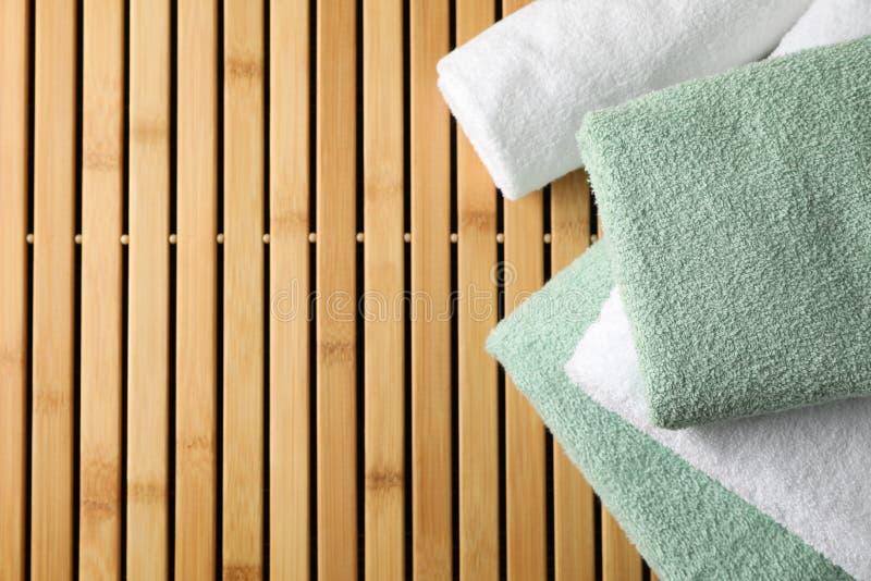 Toalhas dobradas sobre fundo de bambu, fechar imagem de stock