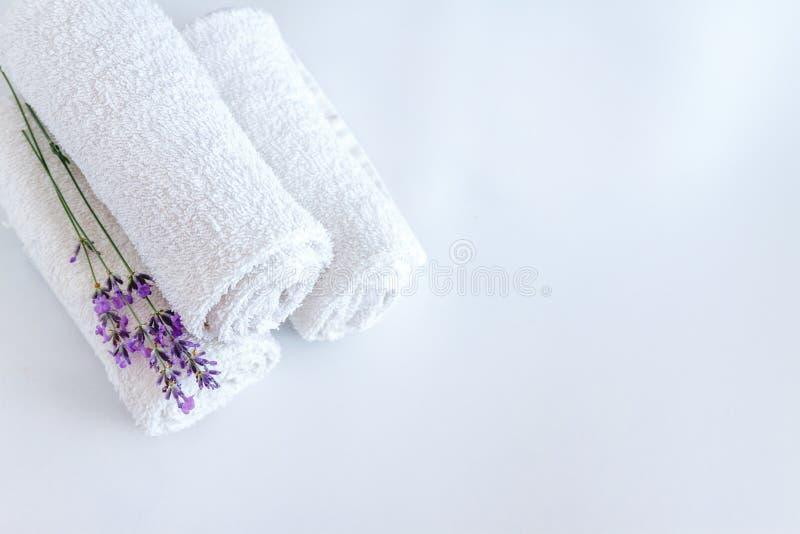 toalhas limpas e flores brancas da alfazema no fundo isolado branco imagens de stock