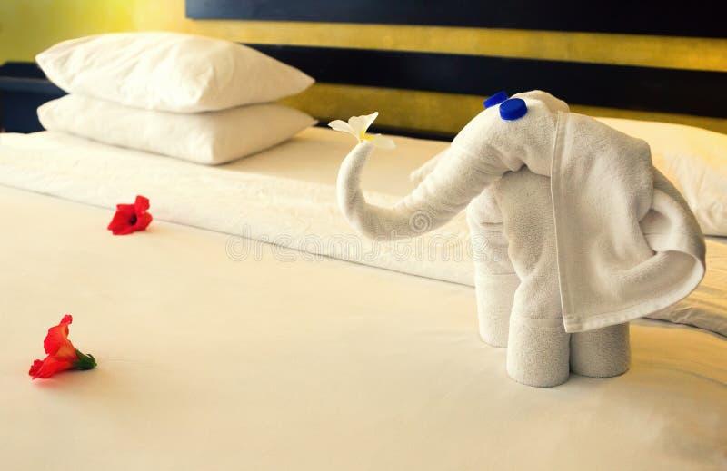 Toalhas na forma dos elefantes foto de stock