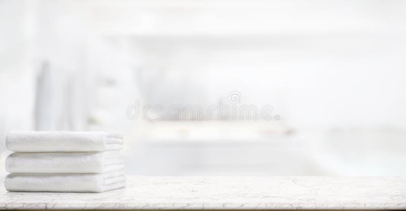 Toalhas na tabela de mármore no banheiro imagens de stock