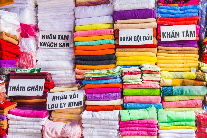 Toalhas no bazar em Hanoi, Vietname imagens de stock royalty free