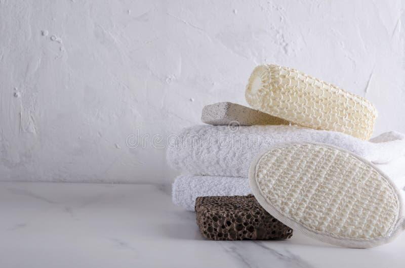 Toalhas, polimento e ferramentas das esponjas grandes para procedimentos do banho Espa?o vazio para o texto imagens de stock