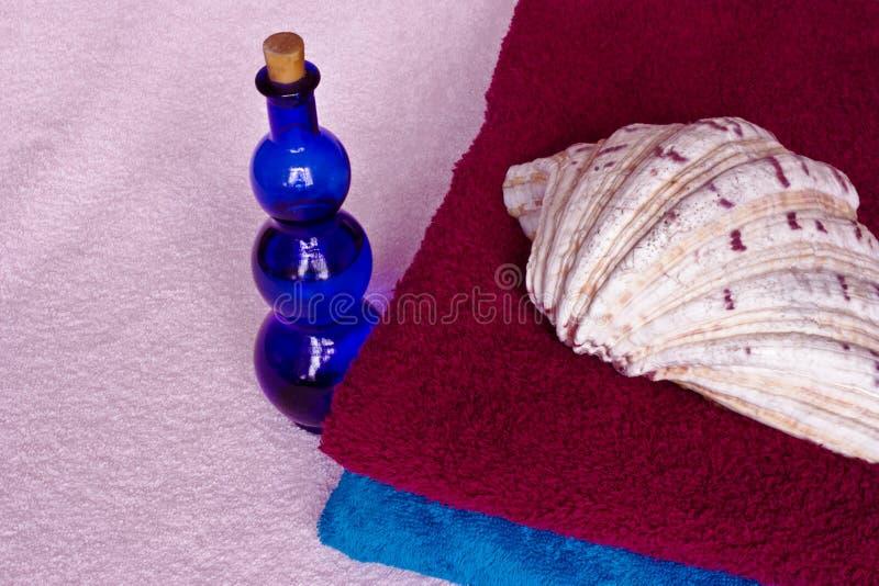 Toalla, botella, shell imagen de archivo libre de regalías
