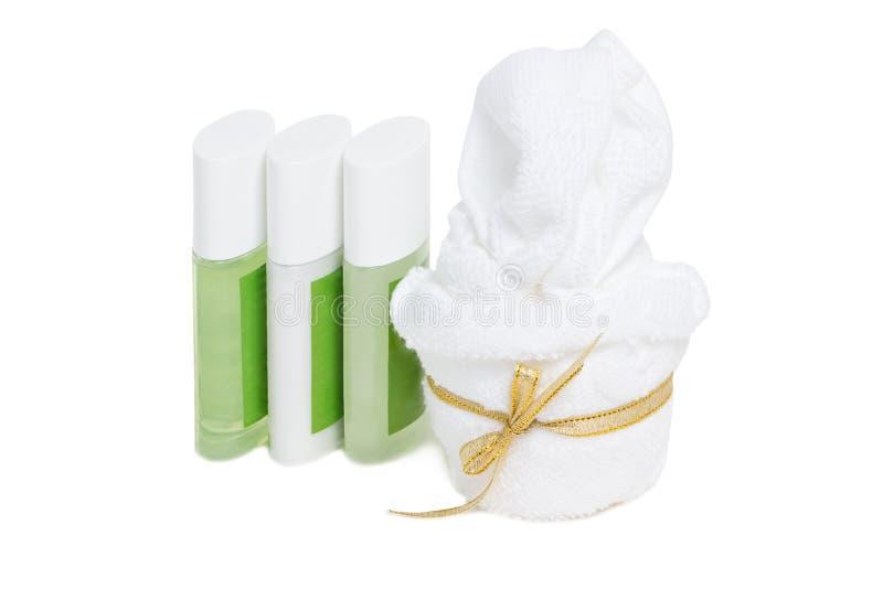 Toalla con el jabón líquido, el champú y el sistema del tratamiento. foto de archivo libre de regalías