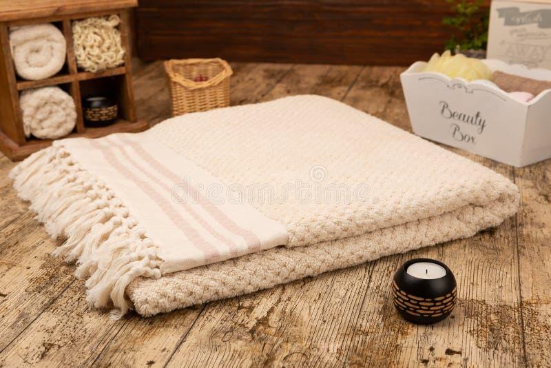 Toalla de baño tejida a mano grande del algodón en fondo de madera rústico fotografía de archivo libre de regalías