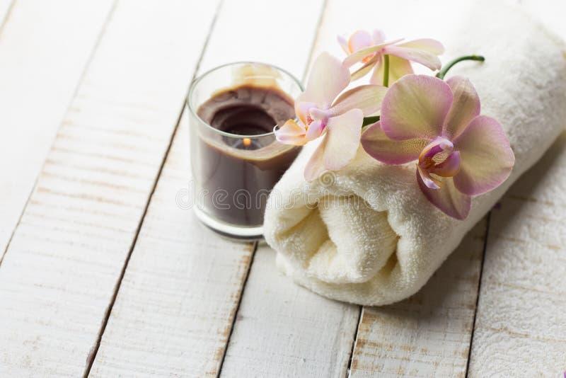 Toalla de baño y orquídea fotografía de archivo