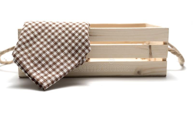 Toalla de cocina en la caja de madera fotos de archivo