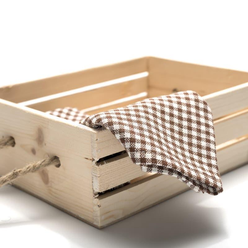 Toalla de cocina en la caja de madera imagenes de archivo