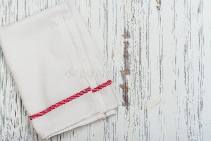 Toalla de cocina de lino sobre la bandeja de la hornada del grunge foto de archivo libre de regalías