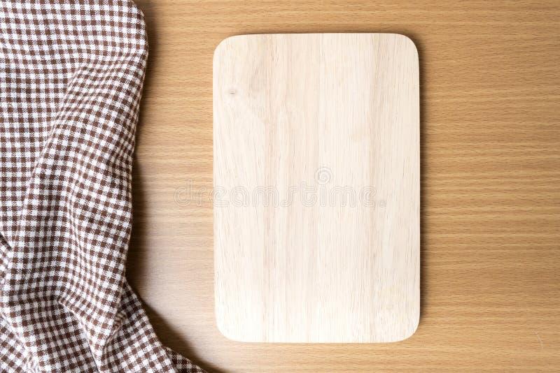 Toalla de la tabla de cortar y de cocina imagen de archivo libre de regalías