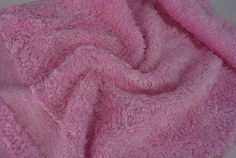 Toalla de Terry rosada, paño de bambú, toalla de bambú en un fondo blanco foto de archivo