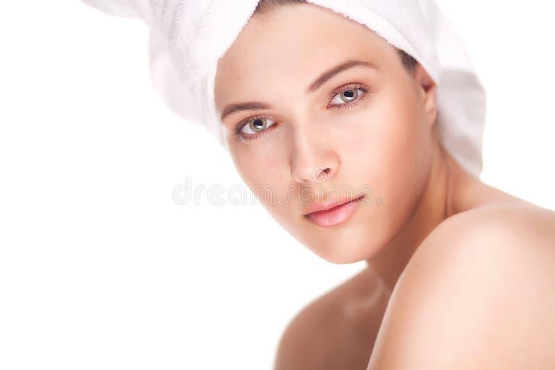 Toalla del pelo de la mujer de la belleza que lleva fotografía de archivo
