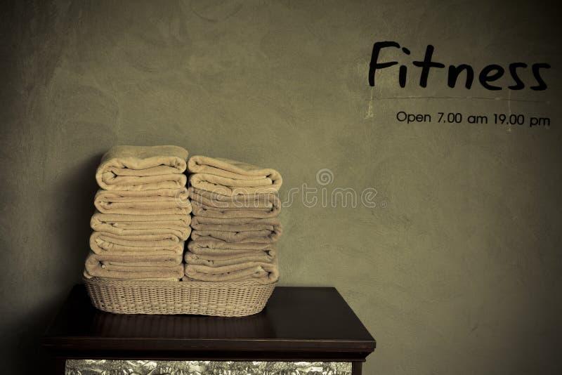 Toalla en fitnessroom fotografía de archivo