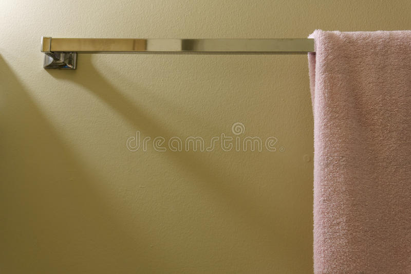 Toalla rosada en la pared en el cuarto de baño imagenes de archivo