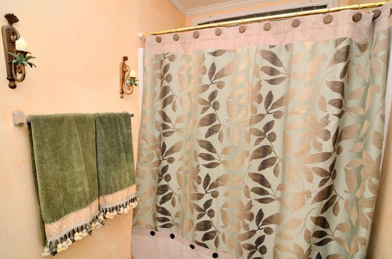 Toalla y cortina de ducha foto de archivo libre de regalías
