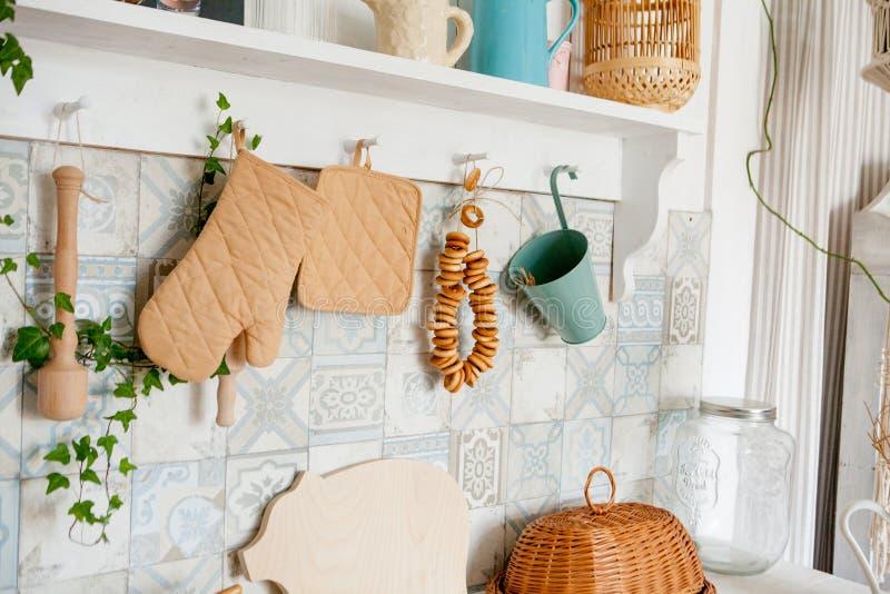 Toalla y guante de cocina en el trabajo superior en la cocina moderna, accesorios de la cocina que cuelgan en el carril del tejad fotos de archivo libres de regalías