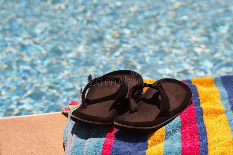 Toalla y piscina azul foto de archivo imagen de toalla for Toallas piscina