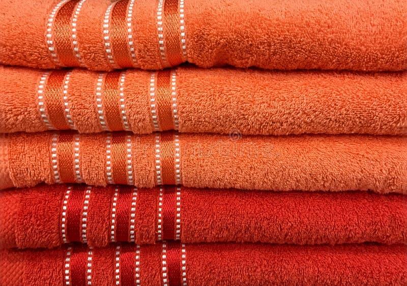 Toallas anaranjadas mullidas apiladas con las rayas imagen de archivo libre de regalías