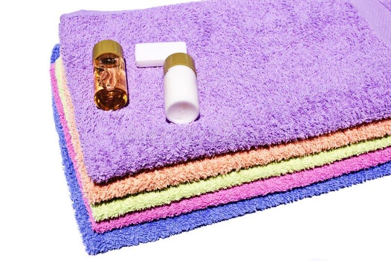 Toallas, champú y jabón coloridos foto de archivo