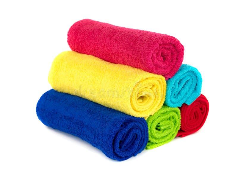 Toallas coloreadas del cuarto de baño foto de archivo