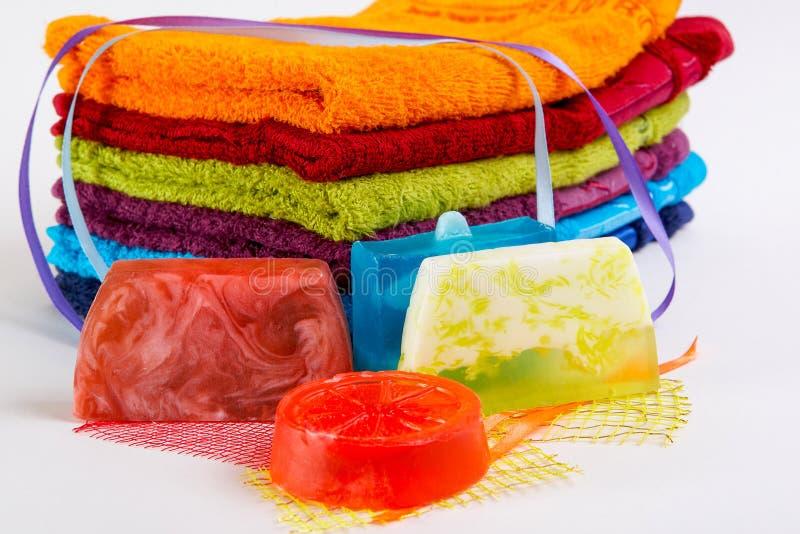 Toallas coloridas con el jabón hecho a mano fotografía de archivo