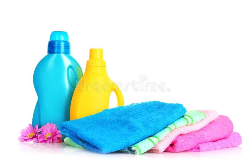 Toallas coloridas y lavadero líquido fotografía de archivo libre de regalías