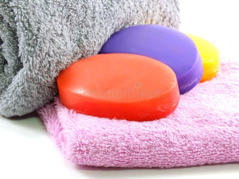 Toallas con los pedazos coloridos de cierre del jabón para arriba fotos de archivo