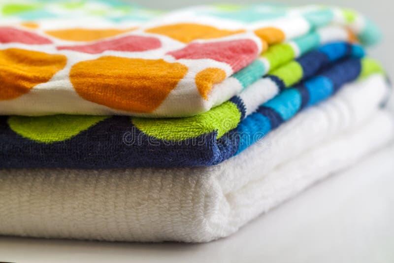 Toallas de baño coloridas del algodón en el fondo blanco fotografía de archivo libre de regalías