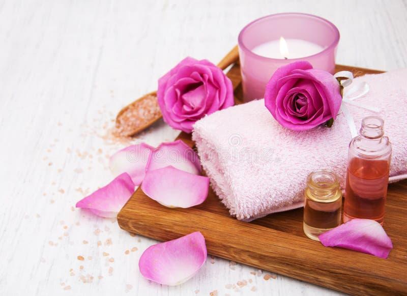 Toallas de baño con las rosas rosadas imagenes de archivo