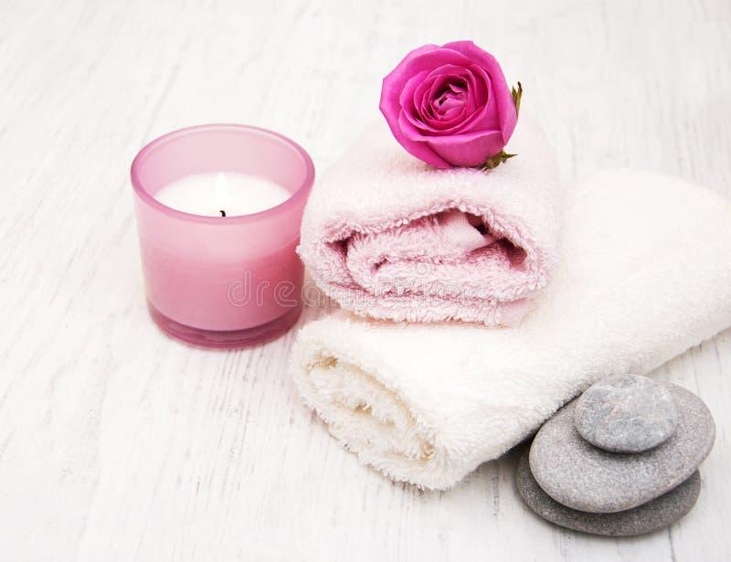 Toallas de baño con las rosas rosadas foto de archivo