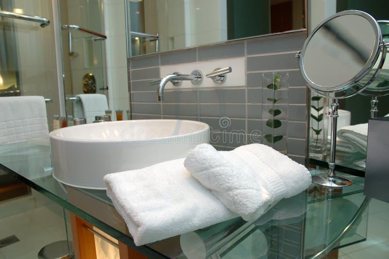 Toallas de baño en cuarto de baño del hotel fotografía de archivo