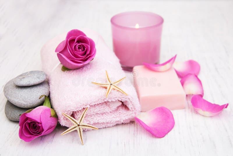 Toallas de baño, vela y jabón con las rosas rosadas fotografía de archivo