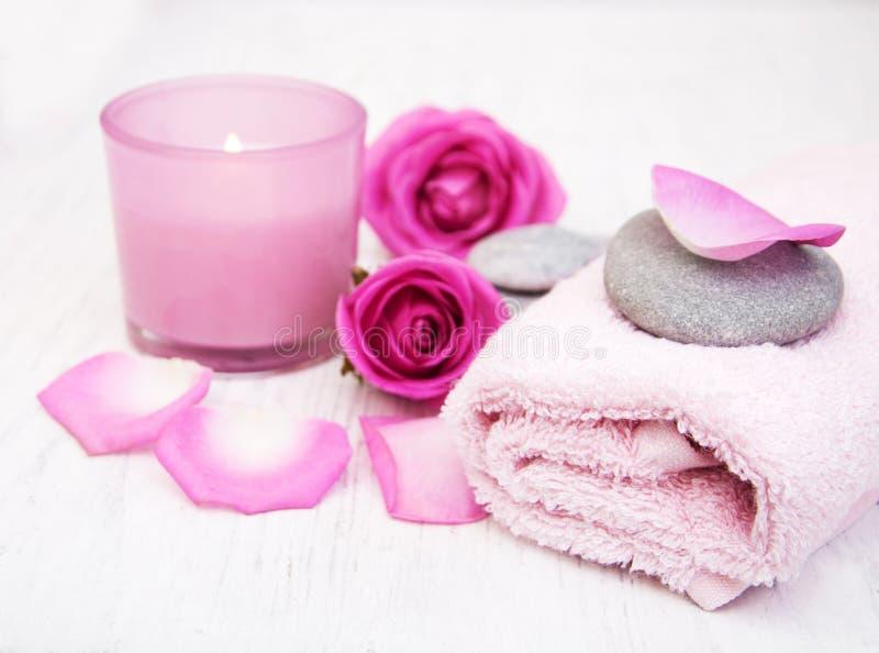 Toallas de baño, vela y jabón con las rosas rosadas fotografía de archivo libre de regalías