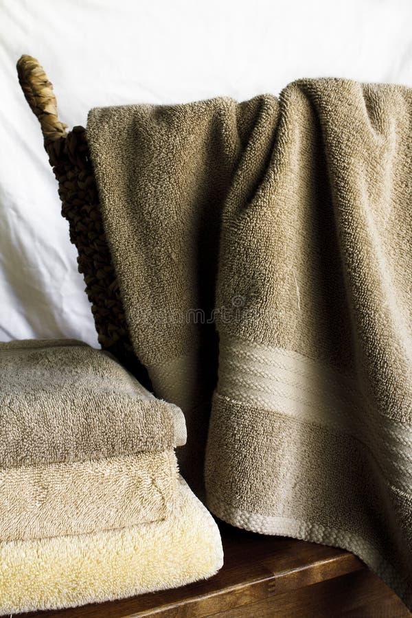 Toallas de baño y cesta imagen de archivo