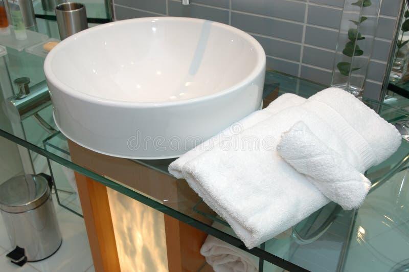 Toallas de baño y fregadero foto de archivo