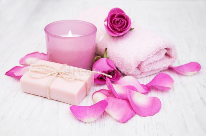 Toallas de baño y jabón con las rosas rosadas fotos de archivo libres de regalías