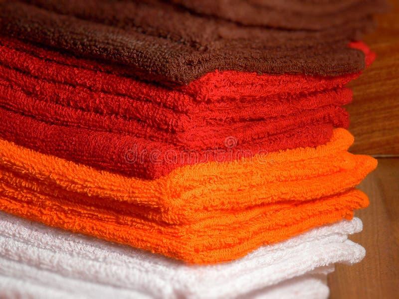 Toallas de Brown, de la naranja, rojas y blancas del balneario y del hotel fotografía de archivo