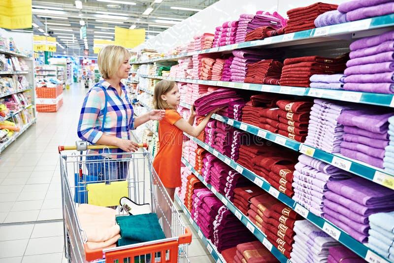 Toallas de las compras de la madre y de la hija foto de archivo