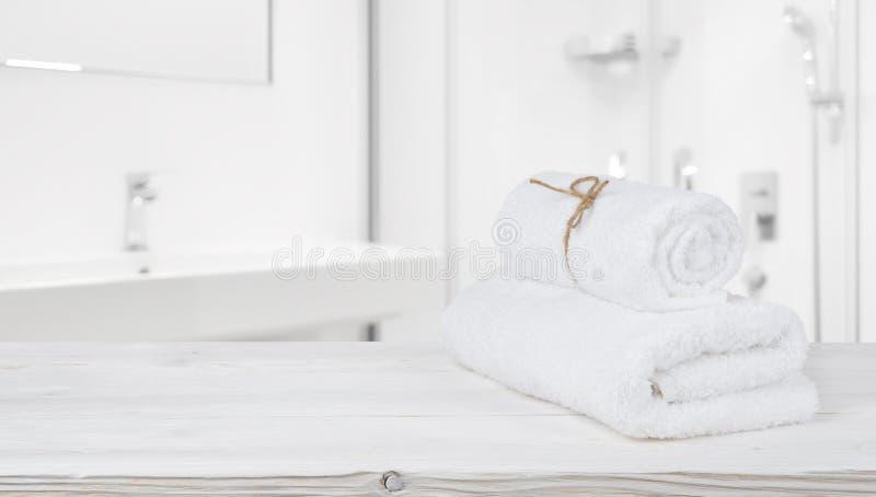 Toallas del balneario en estante en cuarto de baño defocused con el espacio de la copia imagen de archivo
