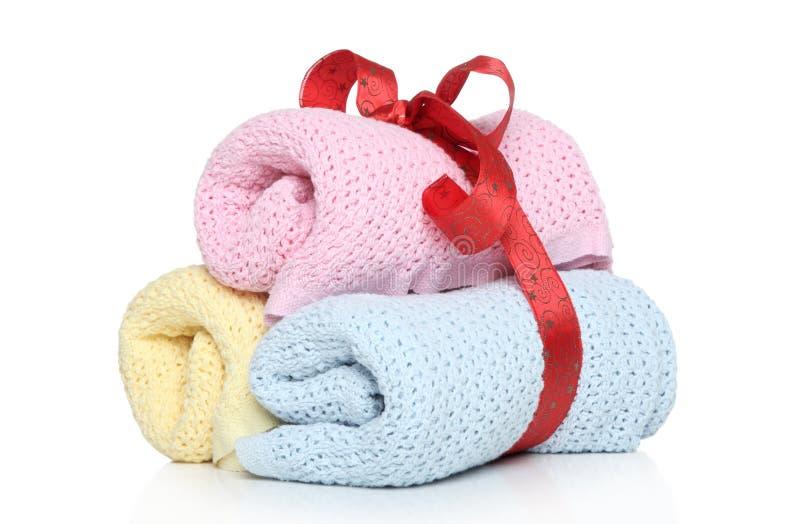 Toallas del bebé atadas con la cinta roja imagenes de archivo