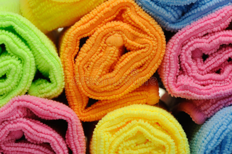 Toallas dobles del color acortadas en un rodillo imagen de archivo libre de regalías