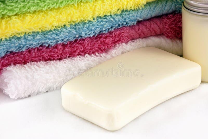 Toallas, jabón y champú imagen de archivo