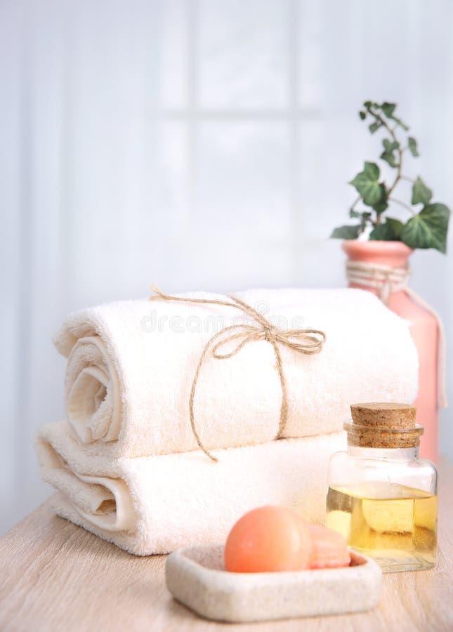 Toallas limpias y jabón Artículos del cuarto de baño del hotel imágenes de archivo libres de regalías