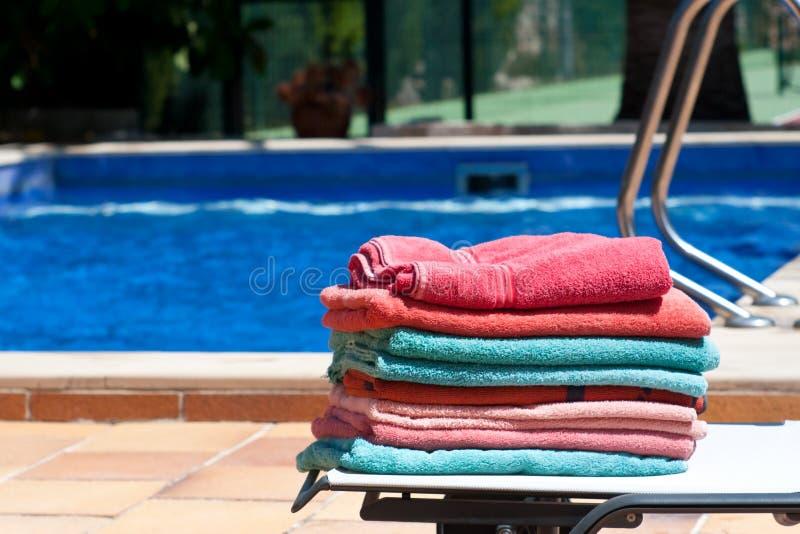 Toallas por la piscina fotos de archivo