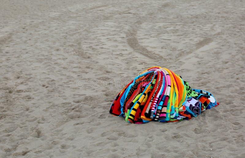 Toallas que abundan en la playa de un vendedor abusivo después de policía imágenes de archivo libres de regalías