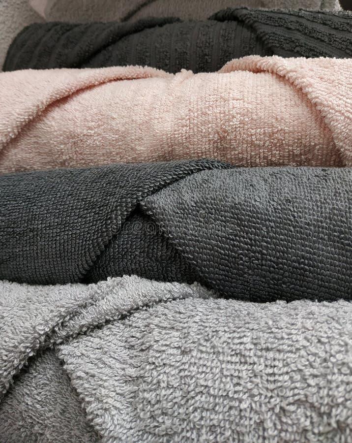 Toallas torcidas limpias del color gris y rosado fotografía de archivo