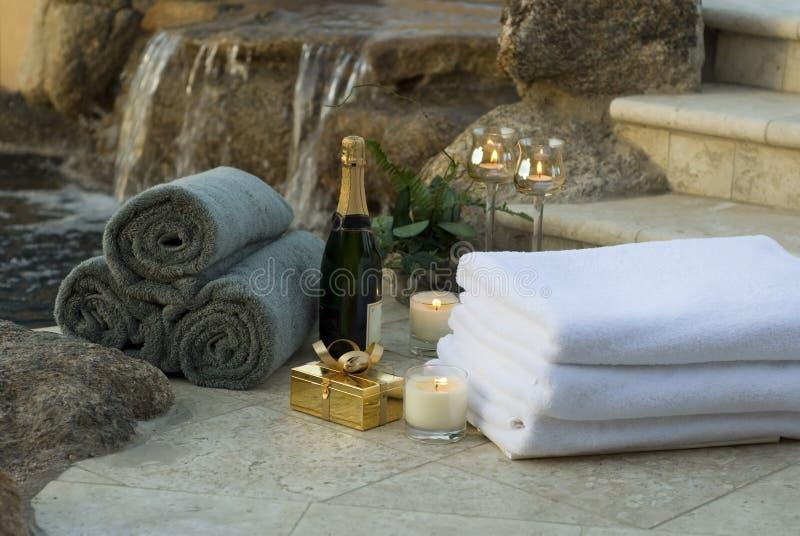 Toallas y champán 10 del balneario de la cascada imágenes de archivo libres de regalías